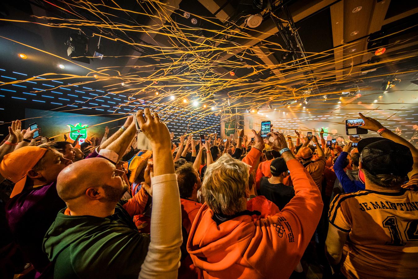 Foto ter illustratie: bezoekers vieren feest in het Holland Heineken House tijdens de Olympische Spelen.