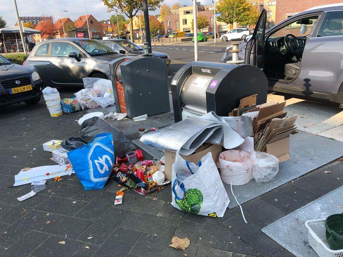 De enorme bende rond de textielcontainer bij het winkelcentrum in de Hengelose Es. De gemeente moet hier dagelijks opruimen.