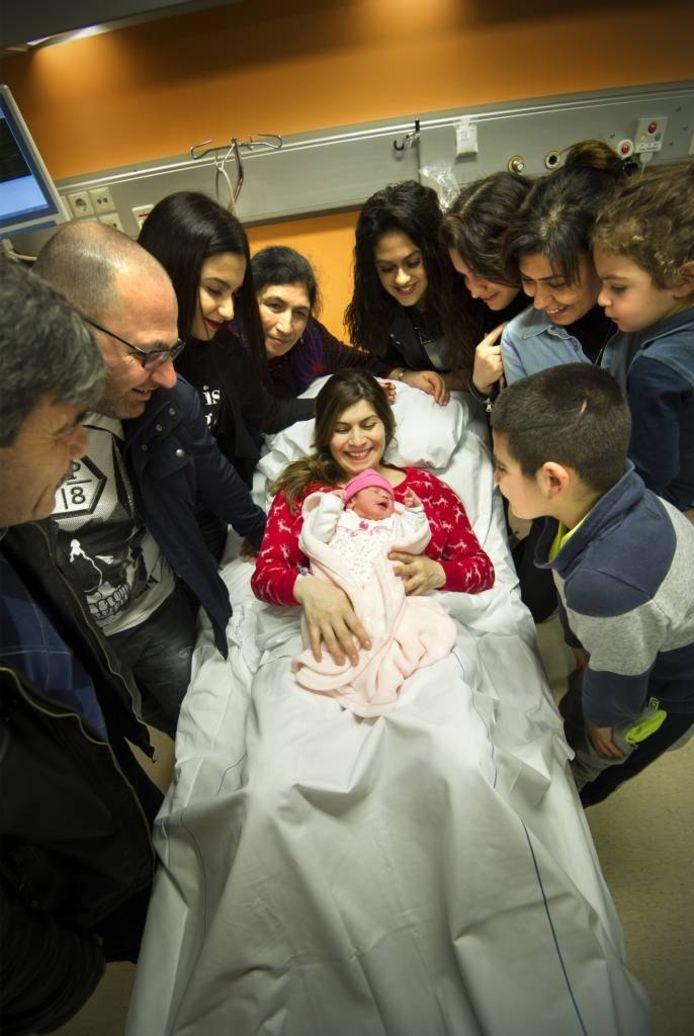 De familie Hayirli rond het bed van de op 29 februari geboren Hawîn. Foto: Rolf Hensel.