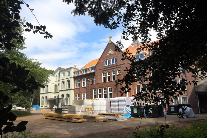 De bouw van een luxe hotel aan de Seminarieweg tussen Breda en Bavel, in een voormalig klooster, ligt stil op last van B en W van Breda, die de vergunning introkken.