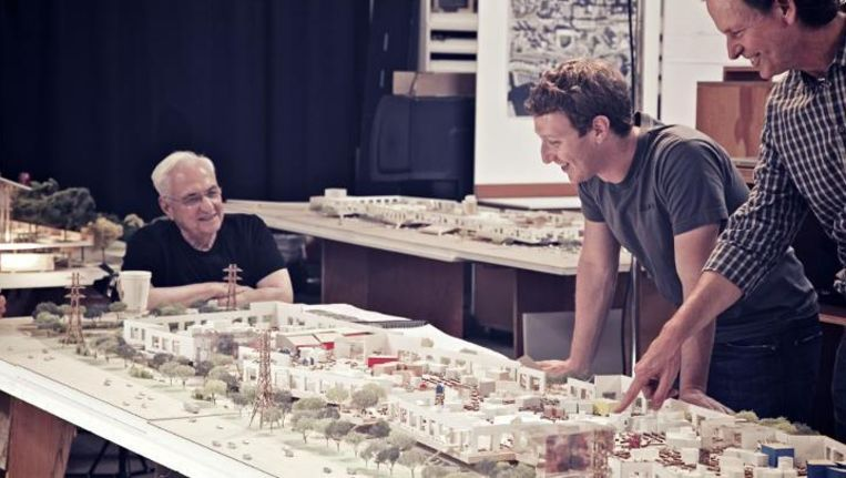 Zuckerberg bekijkt de macquette van de nieuwe campus.