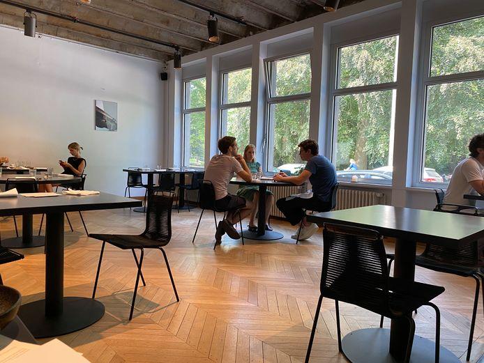 De zaal van Rizoom Gent deze zomer, toen het nog mocht. Eenvoudig en stijlvol.