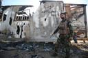 Een lid van een Iraakse paramilitaire organisatie inspecteert wat er over van een post van de groep na een aanval van IS in Mukaishefah, ongeveer 200 kiometer noordelijk van Bagdad. Bij de recente aanval kwamen 10 militiemannen om het leven.