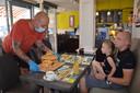 Hamburger-challenge met 'challegeburger' in Bocadio Ninove. Ben Adam en Jelle Maes waren zaterdag het eerst aan de beurt.
