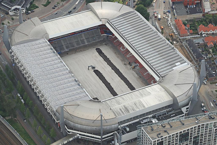 Het leggen van de nieuwe grasmat in Philips Stadion