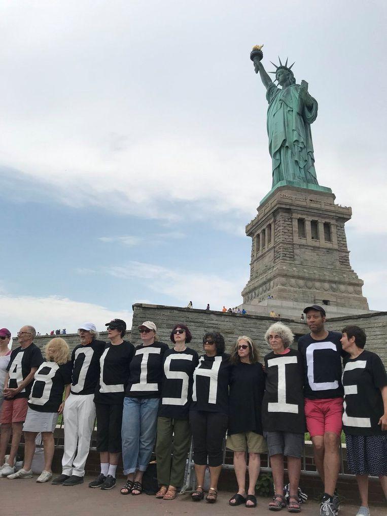 De protestgroep 'Rise and Resist' zegt niets te maken te hebben met de actie van de demonstrant die op het voetstuk van het Vrijheidsbeeld kroop.