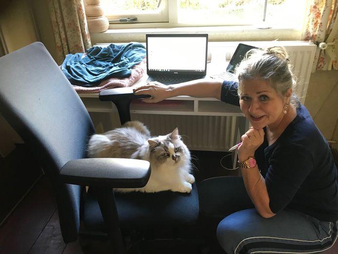 Georgi Kluni houdt Annelies Vlaanderen gezelschap in de tot werkkamer ingerichte kleedkamer. Zijn favoriete plekken: het warme toetsenbord van de laptop, de bureaustoel die wordt ingenomen zodra Annelies een kop koffie haalt en de ladenkast schuin achter het bureau, tweede la van boven. Daar waar de sjaals liggen.