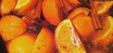 Warme glühwein voor rillende postbode in Apeldoorn