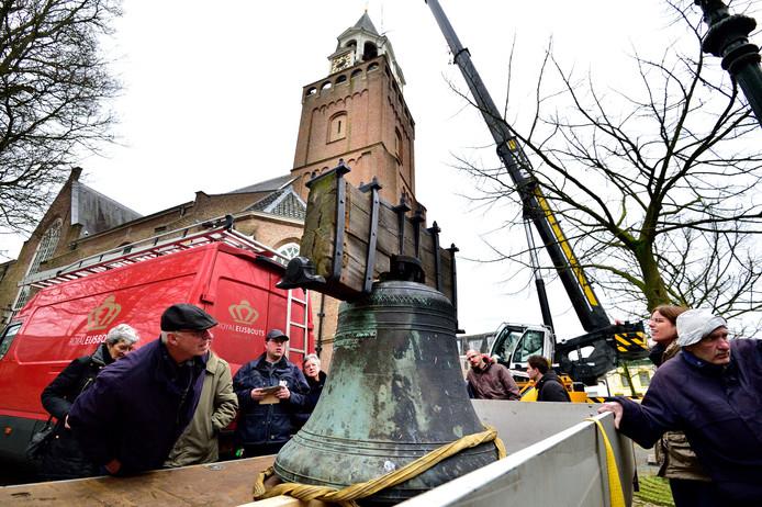 De bronzen luidklok van de toren van de Dorpskerk - die normaal gesproken ieder kwartier een tik geeft en luidt bij diensten, bruiloften en begrafenissen - is tot ergens in maart uit de roulatie.
