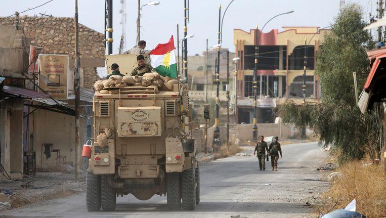 Peshmerga-troepen in een plaatsje ten oosten van Mosul. Beeld reuters