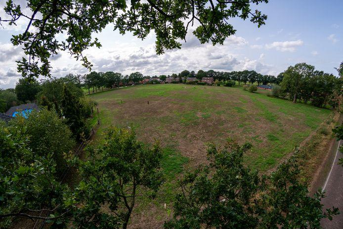 Op dit stuk grond aan de rand van de buurtschap Stokkum zijn tien nieuwe huizen gepland. Maar volgens de makelaar ligt de provincie dwars.
