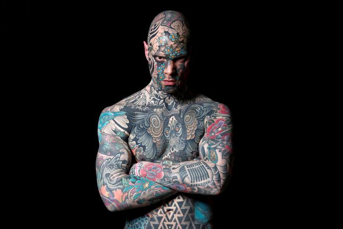 De Franse Sylvain, in het dagelijks leven leraar en fotomodel, poseert tijdens 'Le Mondial du Tatouage', een tattoo-conventie in Parijs. Foto Benoit Tessier/Reuters