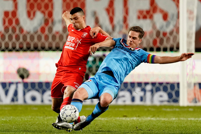 Jordens Peters (rechts) in duel met Haris Vuckic.