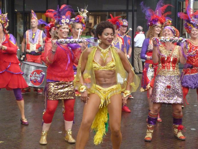 Veelal in Braziliaanse kleuren getooide muzikanten en danseressen trommelden er lustig op los.