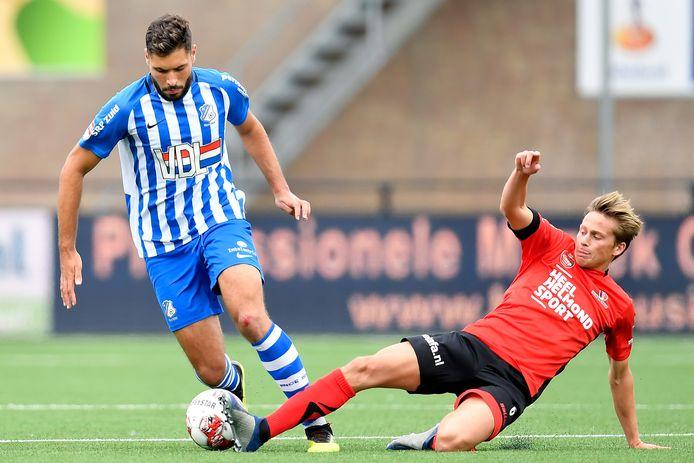 Karim Essikal (FC Eindhoven) in duel met Tibeau Swinnen van Helmond Sport tijdens de laatste editie van de derby in Helmond.