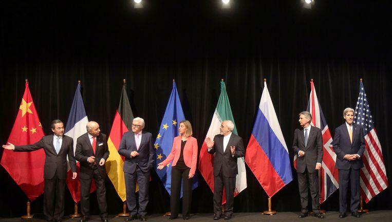 De onderhandelaars na het akkoord maandag in Wenen. Van links af: Wang Yi (China), Laurent Fabius (Frankrijk), Frank-Walter Steinmeier (Duitsland), Federica Mogherini (EU), Mohammad Javad Zarif (Iran), Philip Hammond (Groot-Brittannië) en John Kerry (VS). Sergej Lavrov (Rusland) moest zich nog aansluiten. Beeld AP