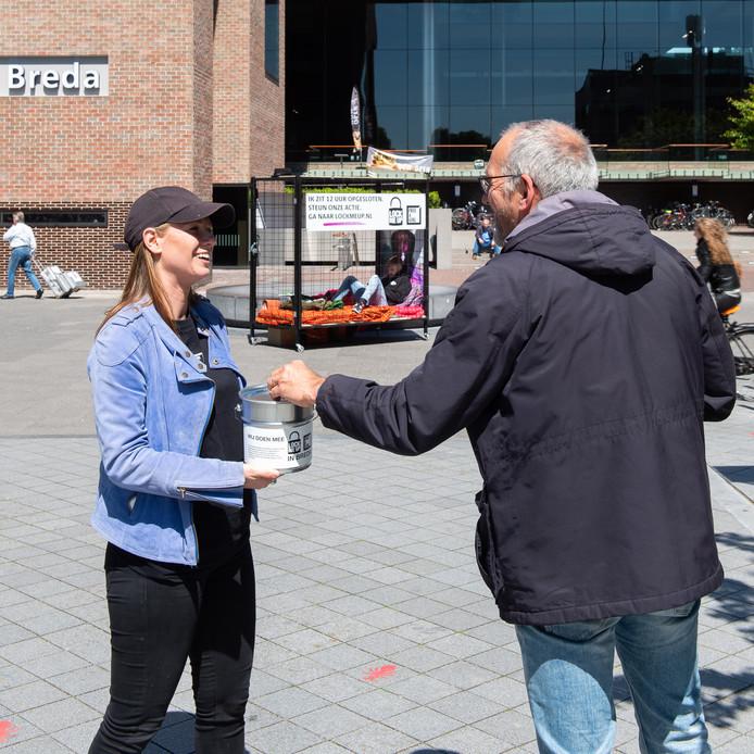 Op de eerste dag van de actie Free a girl in Breda werd op de Willemstraat in Breda al flink wat geld gedoneerd.