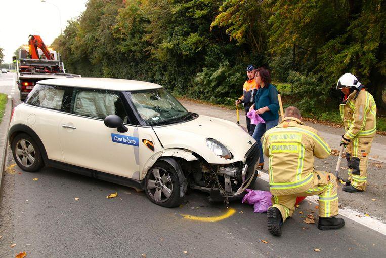 De Mini Cooper van de vrouw liep heel wat schade op.