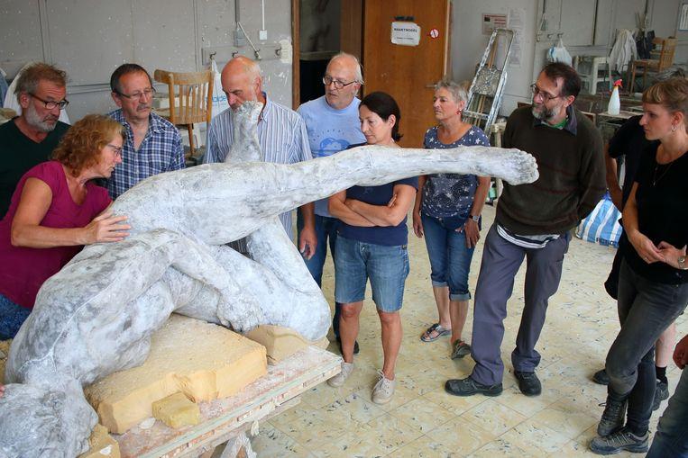Leerlingen aan de slag in het atelier beeldhouwen in de Sint-Niklase kunstacademie.