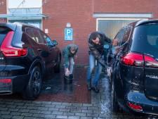 Hulp nog steeds nodig op het Roemeense platteland: Dalfser jongeren wassen auto's