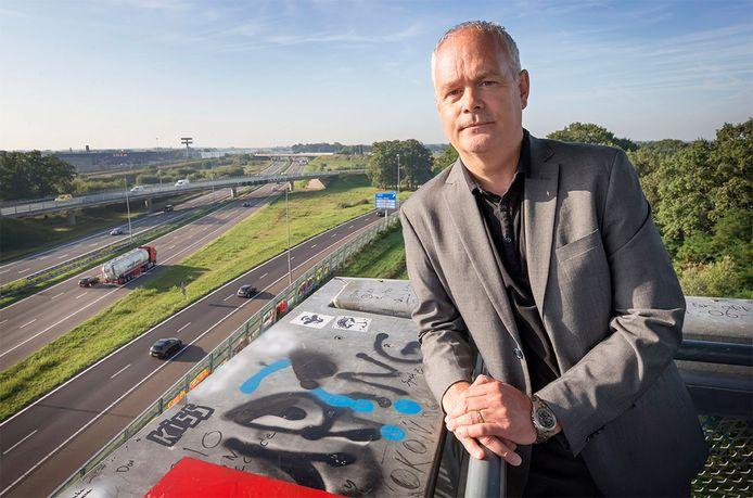 Arjan Mol, hoogleraar Corrosietechnologie bij de TU Delft, vindt dat er meer aandacht moet komen voor de aanpak van chroom-6. Het is niet bekend of de brug op de achtergrond chroom-6 bevat.