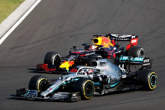 Lewis Hamilton passeert Max Verstappen in 2019.