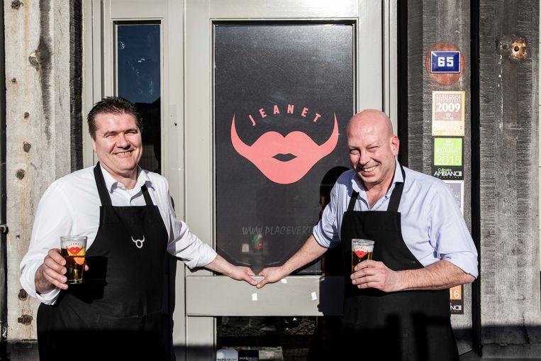 Ronny en Pascal van Cosmocafé  samen met het Jeanet bier.