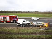 Auto vliegt spontaan in brand op A28 bij Wezep