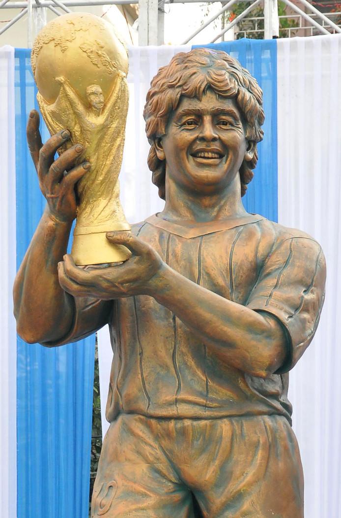 Een beeld van de Argentijnse voetballegende Diego Maradona, dat in december 2017 werd onthuld in de Indiase stad Kolkata. Ook niet echt twee druppels water.