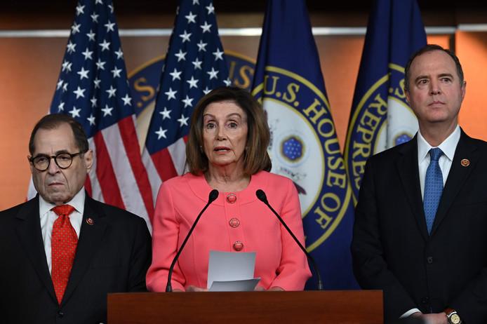 Nancy Pelosi (midden), met Jerry Nadler (links) en Adam Schiff.