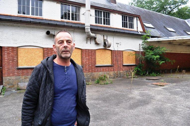 Ex-bewoner Ronny Moors aan de gebouwen, die in slechte staat verkeren.