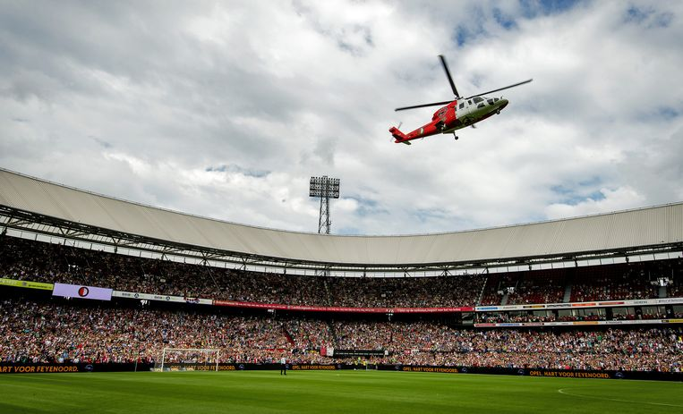 Traditiegetrouw landt de helikopter met zomeraanwinsten in de Rotterdamse Kuip tijdens de open dag, aan het begin van het seizoen. Beeld anp