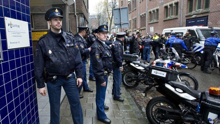 Politiemensen voor het bureau Beursstraat in de Amsterdamse binnenstad. Beeld anp