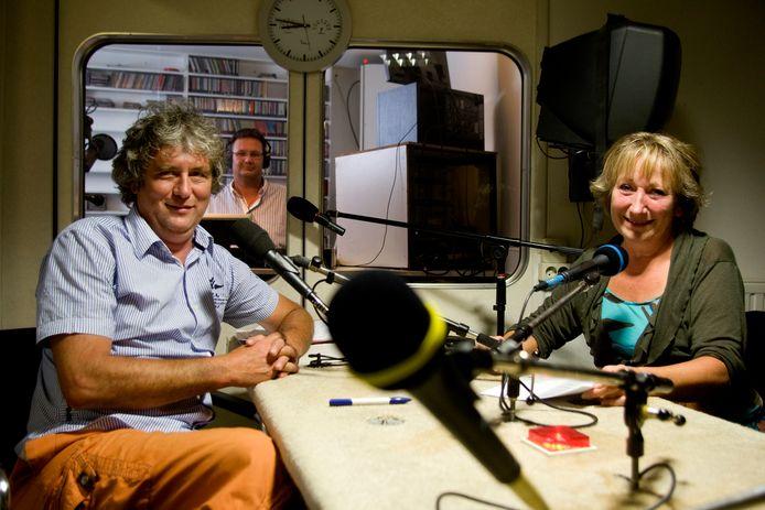 Presentatoren Sjoerd Janssens en Ans de Man in de studio van Avulo.