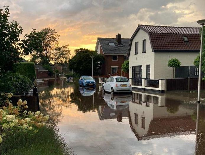 Extreme regenval zorgde op maandag 17 augustus voor veel wateroverlast in Wierden.