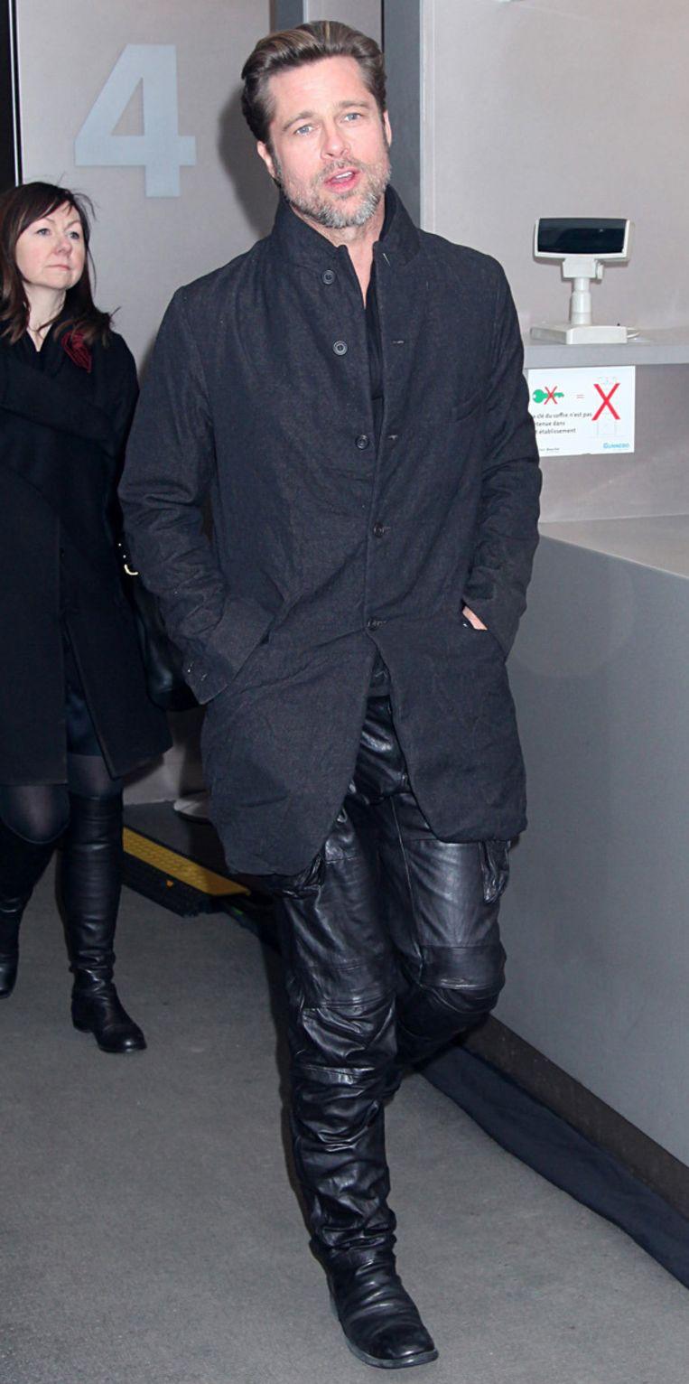 Brad Pitt met lederen broek.