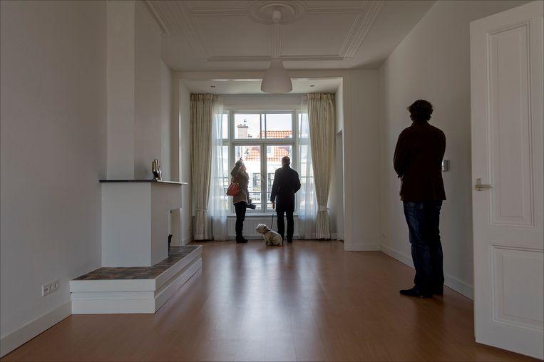 Een makelaar ontvangt woningzoekenden in een leegstaande woning in Den Haag tijdens de landelijke Open Huizen Dag in 2019. Beeld ANP