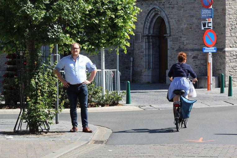 Michiel Vandewalle op de Markt van Waregem. In de toekomst moet het doorgaand verkeer verplicht naar links, richting de Stationsstraat.
