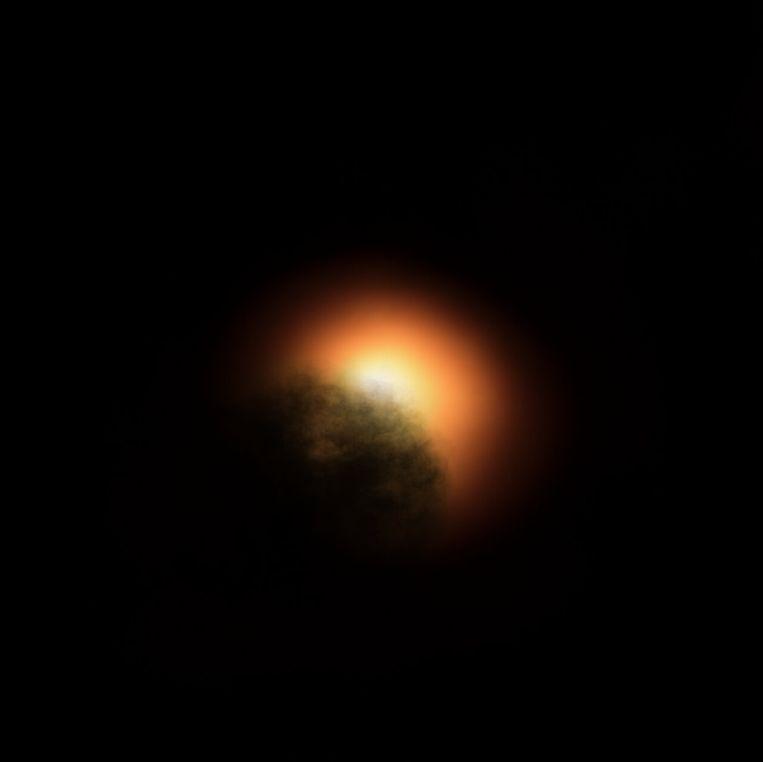 Computertekening van een gaswolk die voor ster Betelgeuze langstrekt. Beeld ESO, ESA/Hubble, M. Kornmesser