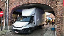Oeps... Hoogte verkeerd ingeschat: bestelwagen rijdt zich vast op markt