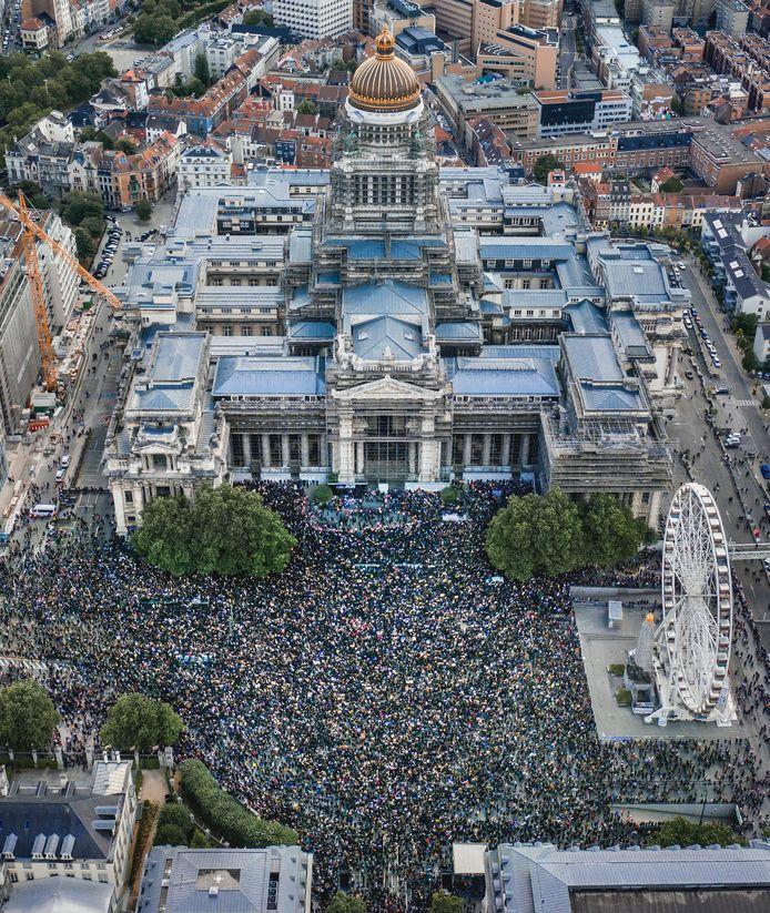 BRUSSEL   Dat ze met velen waren, blijkt uit luchtbeelden van Brussel — onmogelijk om zo de anderhalvemeterregel te handhaven.