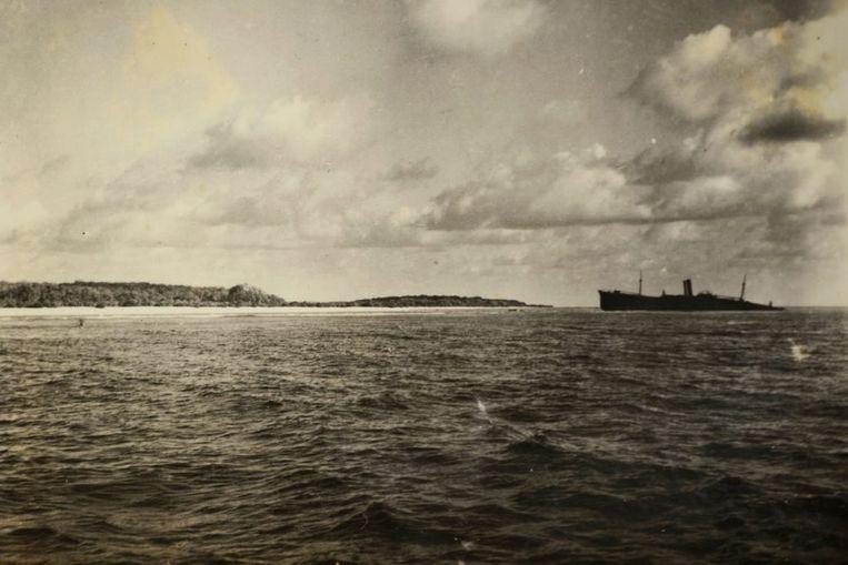 De foto werd in 1940 genomen door een Britse officier. Op de foto staan een schip, en het atol. Maar ook het landingsgestel van Amelia Earhart's vliegtuig volgens Ballard.