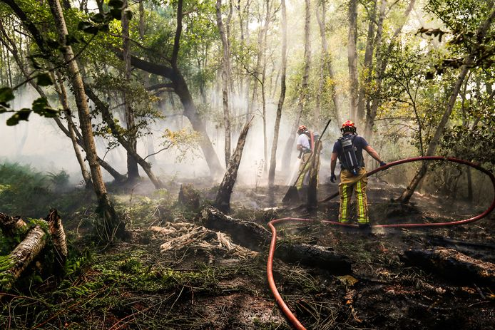 De brandweer probeert de opnieuw opgelaaide brand te blussen.