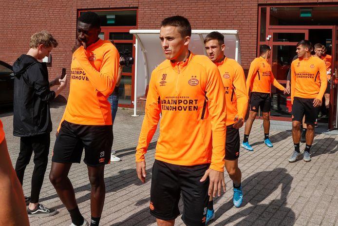 Ryan Thomas op de voorgrond, voor aanvang van een training van PSV.