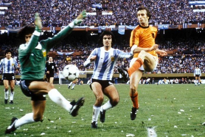 De finale Argentinië - Nederland in 1974. Rob Rensenbrink schiet bij een stand van 1-1 in de laatste minuut van de reguliere speeltijd tegen de paal.