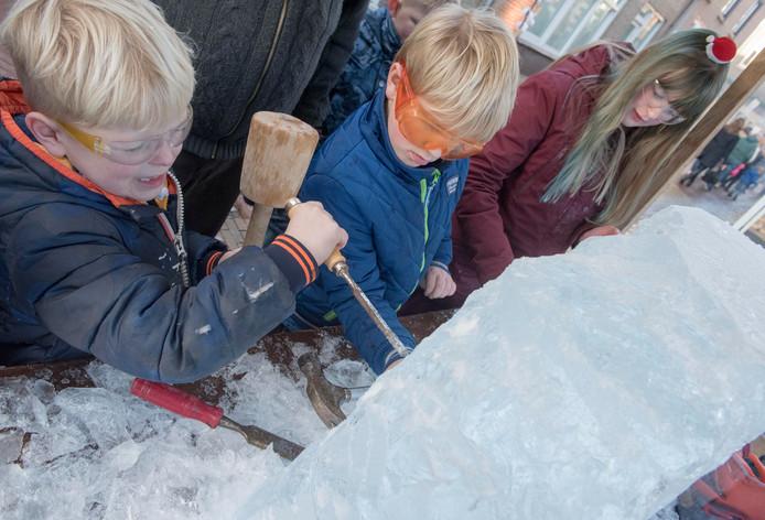 Tijdens het vorige Winterfeest mochten jeugdige bezoekers zelf een ijssculptuur maken.