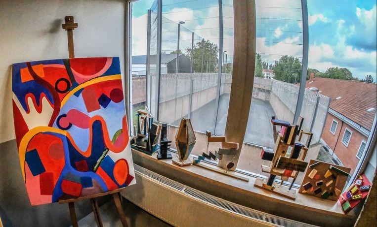 Vanuit het crea-atelier is er uitzicht op de wandelruimte buiten.