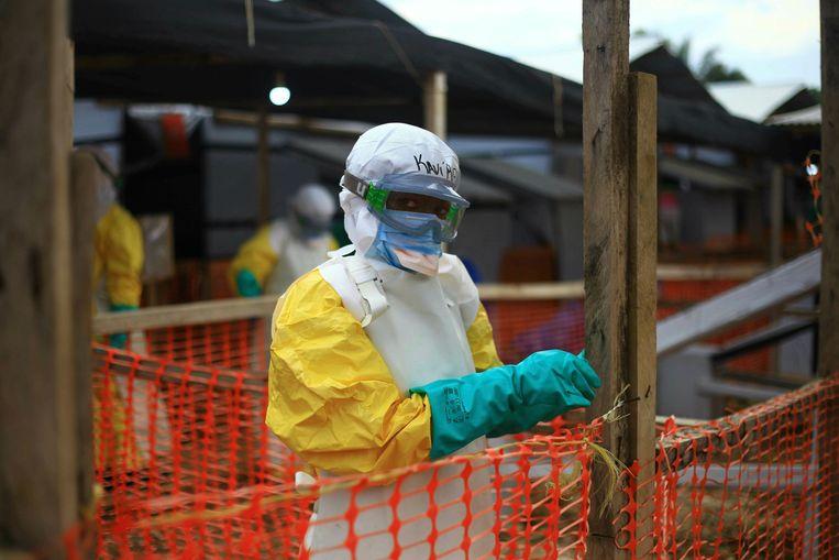 Een medewerker van een ebolacentrum in Beni.