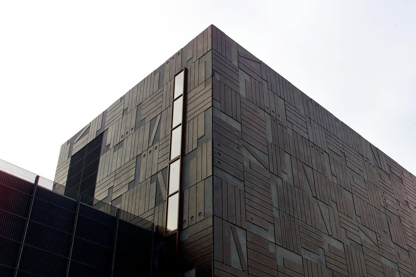 Blik op het pand van het Regionaal Historisch Centrum aan de Raiffeisenstraat in Eindhoven.