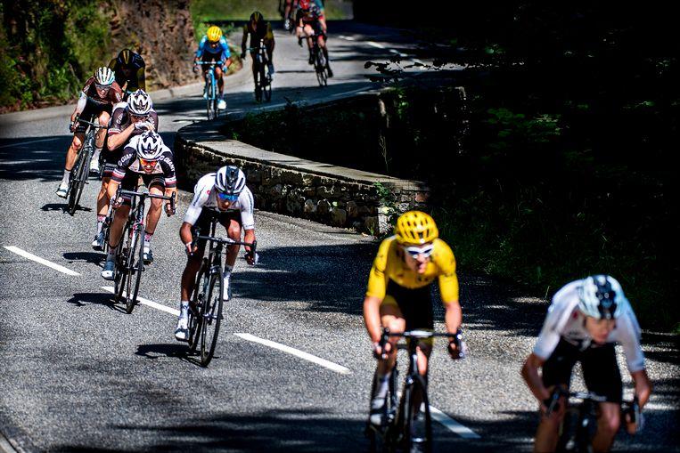 In de afdaling va de Col du Portillion rijdt Tom Dumoulin in 4e positie achter 3 renners van Sky. Van voor naar achter : Chris Froome, Geraint Thomas (gele trui), Egan Bernal.  Beeld Klaas Jan van der Weij